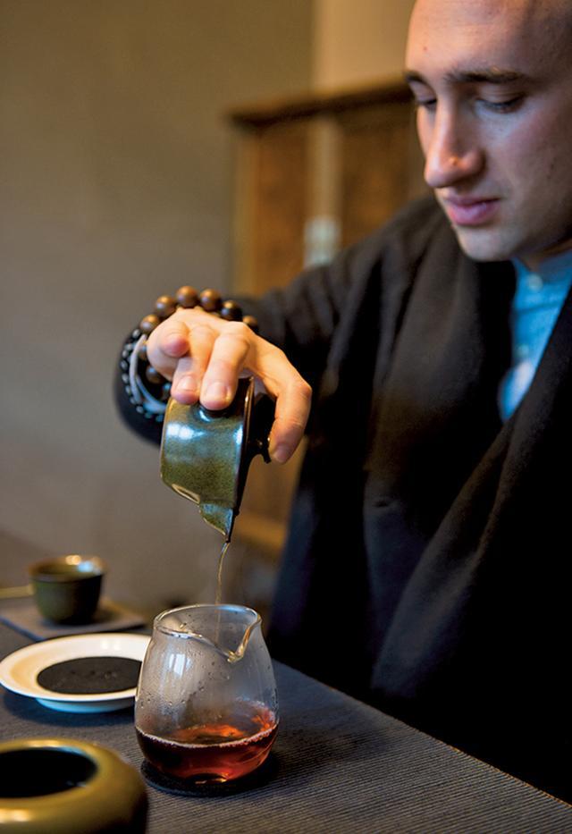 画像: 「楠書房」の茶道の師は、中国茶に魅せられ上海に移住したアメリカ人。中国茶の極意を穏やかな語り口調で伝授してくれる