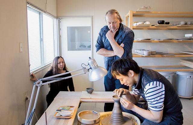 画像: 福島県郡山市にある陶芸作家、安齊賢太(右)のアトリエを訪ねたロビン(左)とスティーブン(中央)。最近陶芸を学び始めたというふたりは、真剣なまなざしで安齊の制作過程を見る