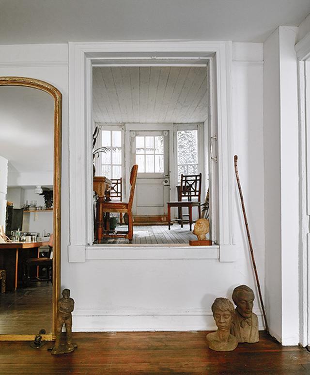 画像: アパートメント1 インテリア・ デザイナー、フェルナンド・サンタンジェロのリビングルーム。リュ・デュブルの彫刻作品が置かれている