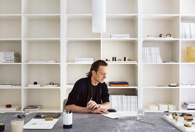 画像: 自身のスタジオにて。ここで彼は新作の漆塗りのジュエリーを製作する。スタジオは、彼が自ら改装したブリュッセルの自宅の1階にあり、外には庭が広がっている