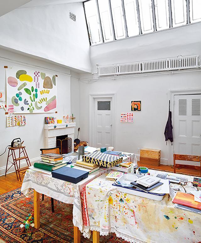 画像: アパートメント6 通りに面した最上階のスタジオではアーティストのリアン・シャプトンの作品が明かり取りからの光があたる壁にかけられている
