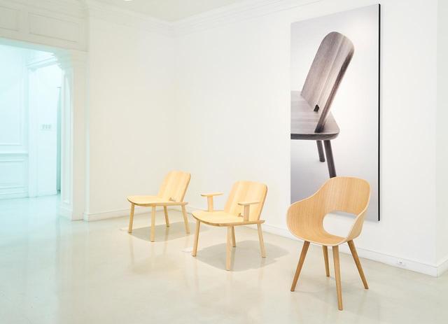 画像: 深澤の友人でもある世界的デザイナー、ジャスパー・モリソンも2011年よりデザイナーとして参加。ジャスパー・モリソンによる90周年記念モデルもリリースされている。 (写真左から)ジャスパー・モリソンによるFugu(チェア)¥120,000、ジャスパー・モリソンによるFugu(アームチェア)¥140,000、深澤直人によるRoundish(アームチェア)¥99,000