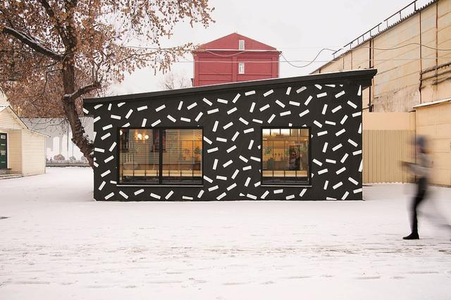 画像: ヌレエフがモスクワで手がけた建築のひとつ。デザイナー集団「メンフィス・グループ」にインスパイアされた、「Dizengof 99」というイスラエル料理店の外観 PHOTOGRAPH BY GLEB LEONOV, COURTESY OF CROSBY STUDIOS