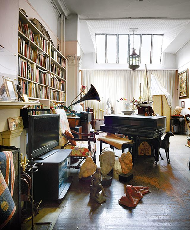 画像: アパートメント2 フロスト夫妻の居間。噂によれば、ジャズ・ミュージシャンのデイヴ・ブルーベックが小型のグランドピアノを弾いたという
