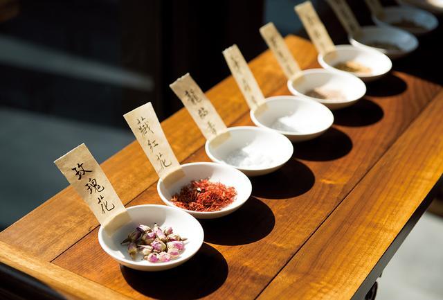 画像: 中国香道では、番紅花(サフラン)や玫瑰花(バラ)、香木(伽羅)などの香花や香木を炷(た)き香りを鑑賞する