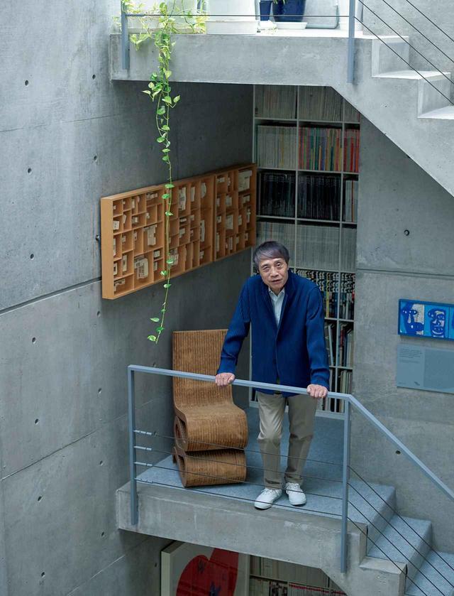 画像: 安藤忠雄 1941年大阪生まれ。独学で建築を学び、1969年、安藤忠雄建築研究所を設立。主な作品に『21_21DESIGN SIGHT』『フォートワース現代美術館』など。写真は、大阪の自身の事務所で。建物は、安藤自身が設計した初期の住宅に増改築を施したもの。5階までの吹き抜けを階段がつなぐ、いかにも安藤らしいダイナミックな空間だ。随所に建築家の椅子や、アートが飾られている PHOTOGRAPH BY SHINGO WAKAGI