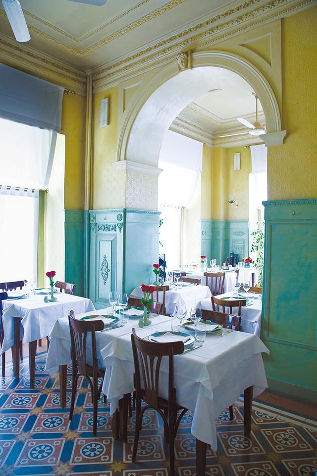 画像: ブレリの名声を高めた 「リストランテ・ダ・ ジャコモ」 レンゾ・ モンジャルディーノのデザインで1989年に建てられた1920年代初頭のロンバルディア地方のトラットリアを思わせる内装だ
