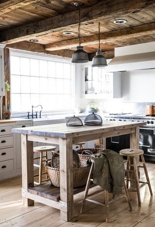 ケープ・コッド様式の家のキッチン