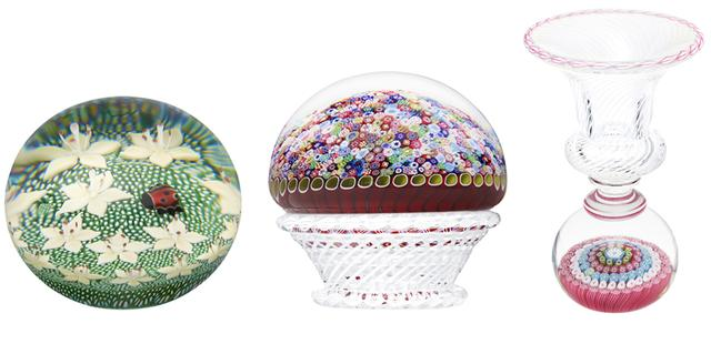 """画像: (左から) グリーンと白の背景に、大ぶりのフラワーと赤いテントウ虫が象徴的に映える。花に配された雌しべなど、繊細な作りも本作の特徴「天使」¥467,000 サンルイの代表的な2つの技法、""""ミルフィオリ""""と""""フィリグラン(レース技法)""""を組み合わせた、カラフルな花のブーケ。1976年製の復刻版「ミルフィオリ」¥778,000"""" ミルフィオリ""""のペーパーウェイトに、クリアクリスタルと白のフィリグランによるベースを重ねた一品「ベース≪ミルフィオリ≫」¥778,000 PHOTOGRAPHS: COURTESY OF HERMÈS"""
