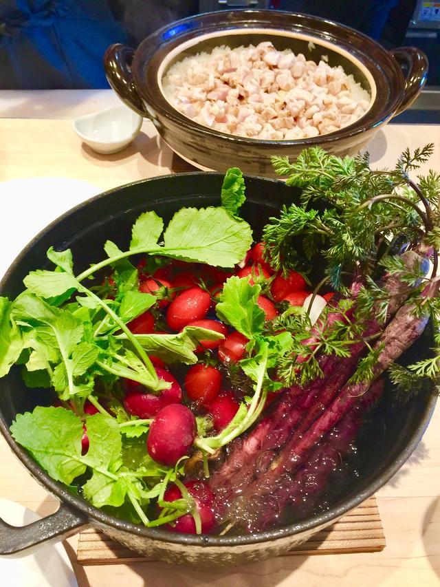 画像: プレスプレビューデーのカウンター。熊本特産の細く赤い長ニンジンやラディッシュ、トマトは、みずみずしいままバーニャカウダに。奥はたきたてほかほかの地鶏めし