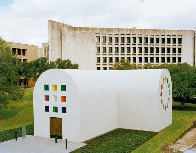 画像: エルズワース・ケリーの遺作であり、このアーティストが手がけた唯一の建築物である《オースティン》が、テキサス大学のブラントン美術館で2月にオープンした。ケリーは何十年も前にこの作品の着想を得ていたが、計画が始動したのは2015年に彼がこの世を去るわずか数年前のことだった