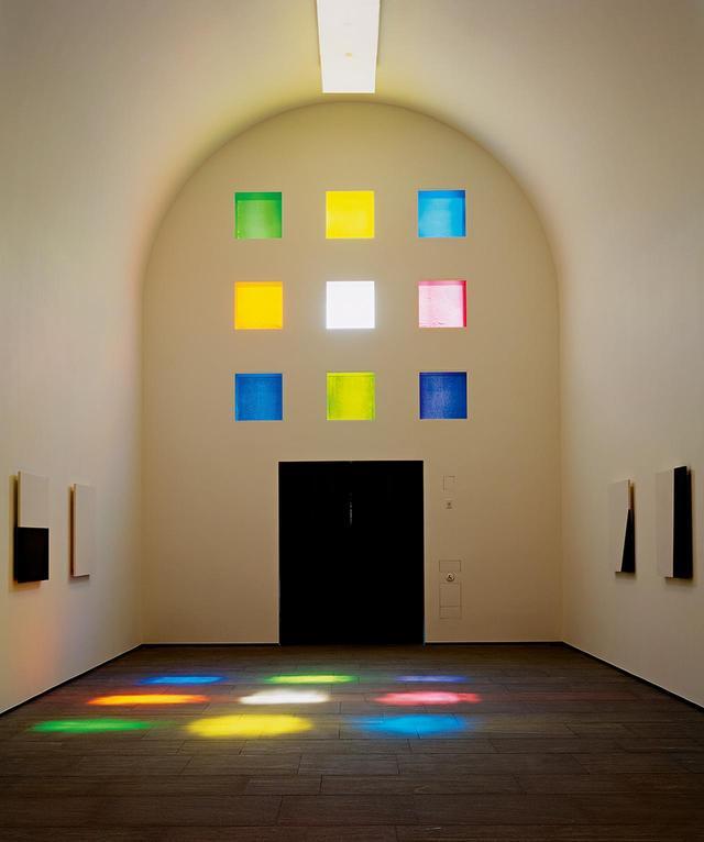 画像: 《オースティン》の正面エントランス。テキサス産の樫材のドアと格子状に並んだステンドグラスの窓が見える