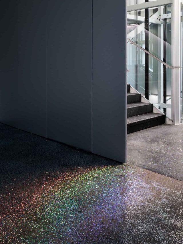 画像: 虹色に輝くスパンコールを床面に散りばめた、Lutz_Bacherのインスタレーション ©DELFINO SISTO LEGNANI AND MARCO CAPPELLETTI