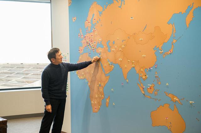 画像: オフィスの壁一面には『ポケモンGO』の配信国マップが