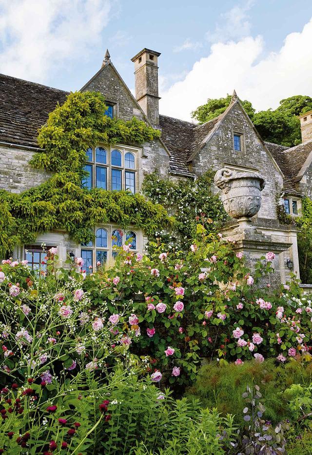 画像: マキューアンとマカフィーが2012年から所有しているマナーハウス。 ツルバラが中庭の石壁に絡まっている