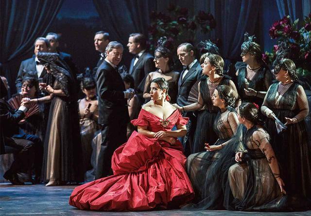 画像: ヴァレンティノ・ガラヴァーニが手がける舞台衣装も見どころのひとつ PHOTOGRAPH BY YASUKO KAGEYAMA