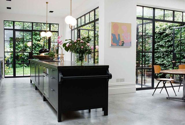 画像: 落ち着いた雰囲気のイギリス式のキッチンは屋外スペースへと続いている。ここはドナルドソン夫妻がゲストをもてなす場所だ
