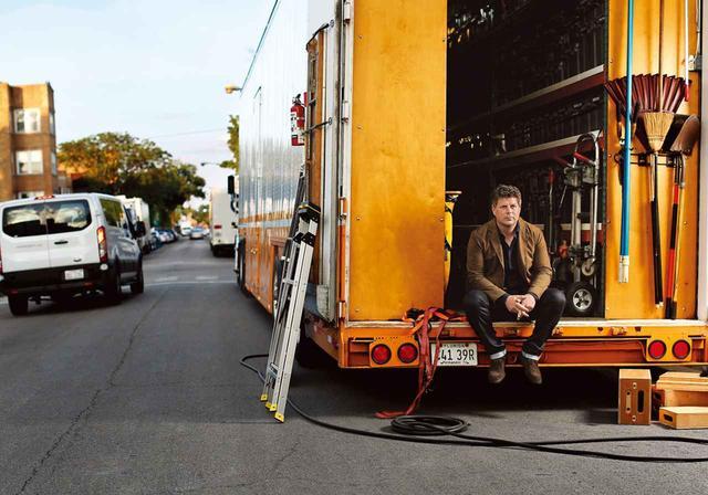 画像: アダム・ストックハウゼン シカゴの路上に停められた大道具のトラックにて