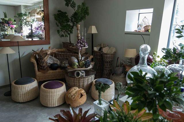 画像: 広尾の「atelier réfléchir」 店舗ではプレタポルテ、オーダーメイドのブーケやアレンジメントを販売。藤田さんが海外から買い付けてくるアーティフィシャルフラワーやプリザーブドフラワーのアレンジメント、シャンパーニュやショコラと組み合わせたギフトボックスや花器なども取り扱う PHOTOGRAPHS: COURTESY OF RÉFLÉCHIR KYOKO FUJITA