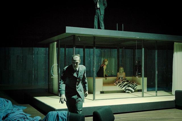 画像: あくまでもモダン&スタイリッシュな舞台空間 美術・照明:JAN VERSWEYVELD