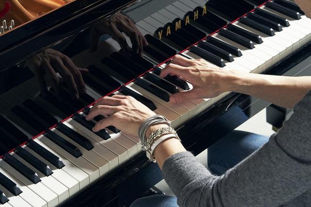 画像: 打鍵の力強さも彼女の演奏の魅力