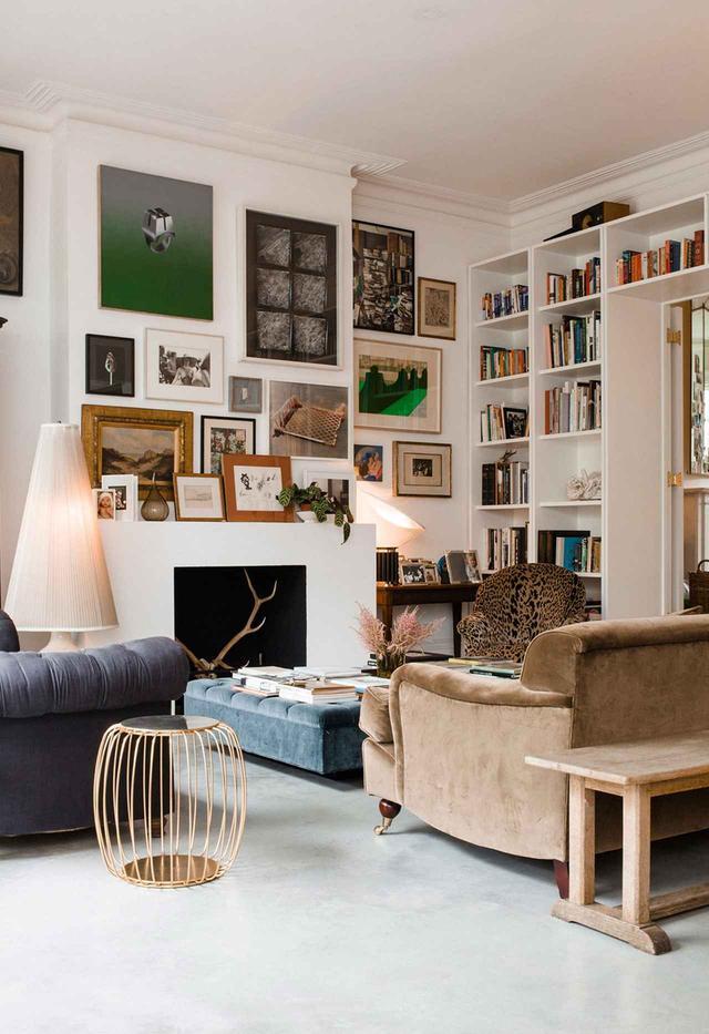 画像: クラウディアは美術品やアンティークといった意味のある品々のコラージュで部屋を埋め尽くしている