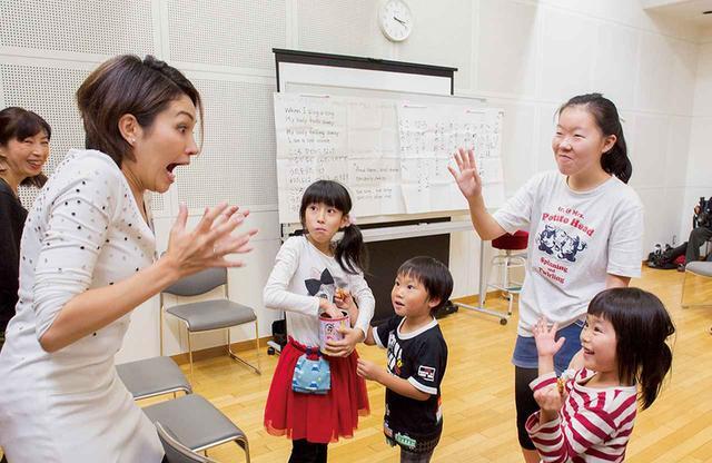画像: 休憩時間。先生を囲んで手で、瞳で、笑顔でたくさんおしゃべり