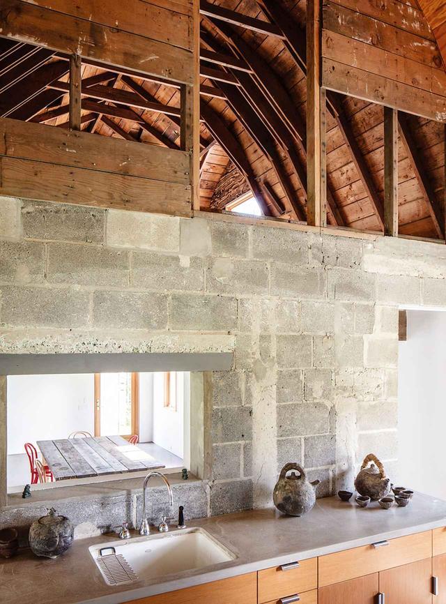 画像: 客用の棟にあるキッチンと、そこから見えるダイニング