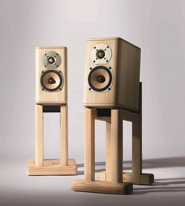 画像: H289 × W153 × D274mmのスモールなサイズも、音の響を効果的に伝えるために算出された。同様に特別設計された台座がセットに PHOTOGRAPHS: COURTESY OF ONKYO & PIONEER CORPORATION