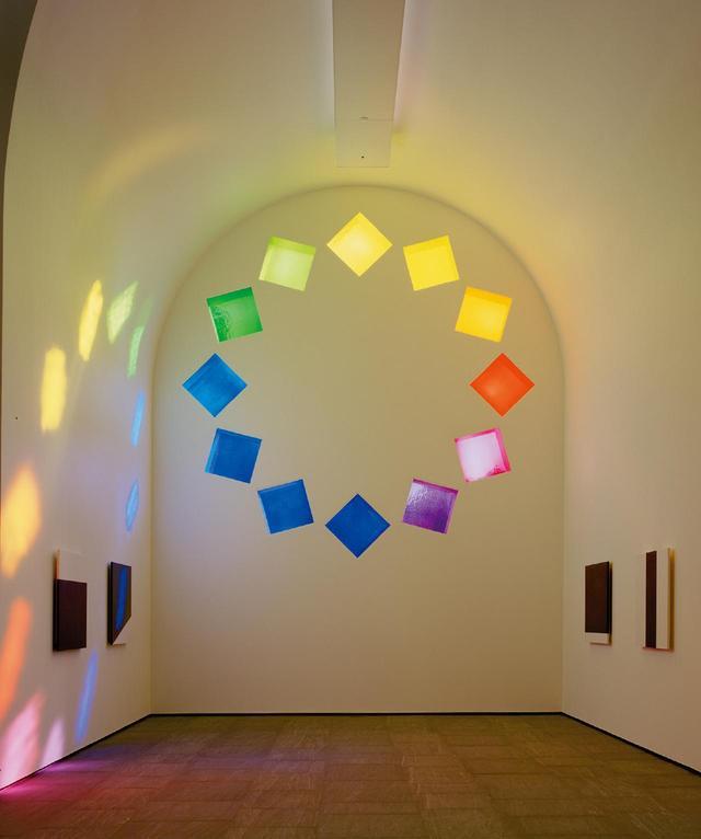 画像: ケリーがデザインした着色ガラスの窓から建物内に差し込む太陽の光