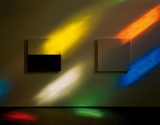 画像: ケリーの14枚の白と黒の大理石パネルに差し込む光