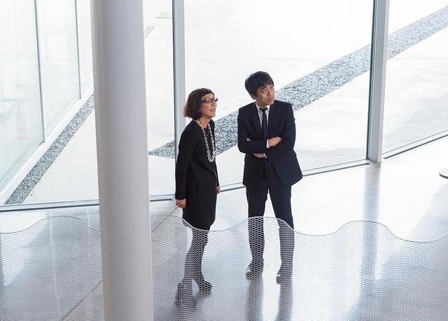 画像: 竣工記念式典で「荘銀タクト鶴岡」を訪れたSANAAの西沢立衛(右)と妹島