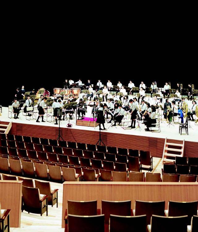 画像: 大ホールで行われていた地元高校の吹奏楽部のリハーサル。ホールの客席は、ステージと遠くならないようワインヤード(ぶどう畑)形式に。音が集まるように、手摺壁が反響板となっている