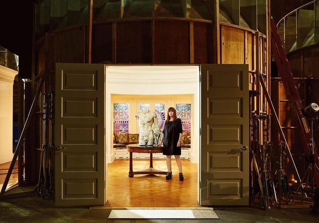 画像: ジュディ・ベッカー 『ジ・アサシネーション・オブ・ジャンニ・ヴェルサーチ:アメリカン・クライム・ストーリー(原題)』のセットにて。この作品は彼女にとってライアン・マーフィ監督との共作2作目となる