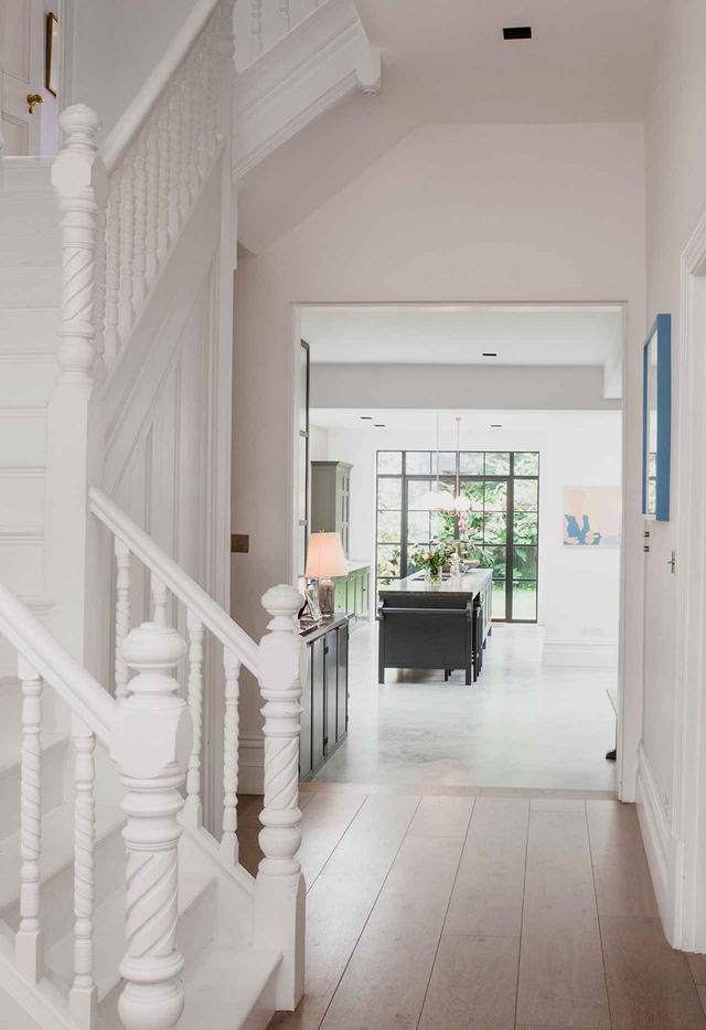 画像: ヴィクトリア調のタウンハウスをリノベートするため、マシューは不要な壁を取り壊し、残った壁をすべて白色に塗り、床をコンクリート敷きにした。それは実質的に、大きな白い箱を創り出すことになった