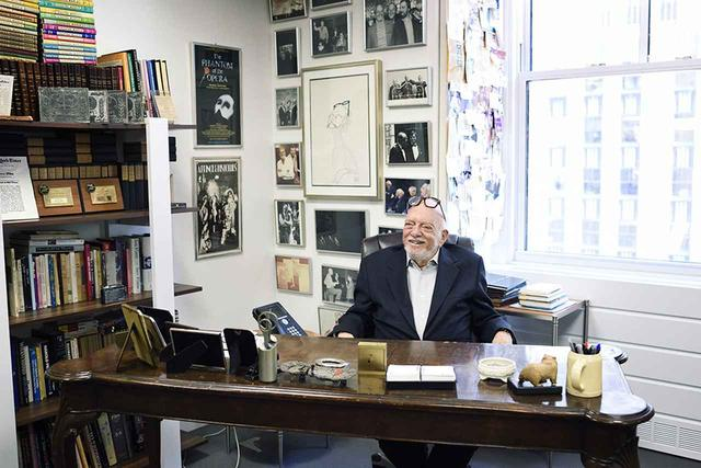 画像: ロックフェラーセンターの住人になって70年。90歳にはとても見えない、かくしゃくとした佇まいとソフトな物腰の紳士だ