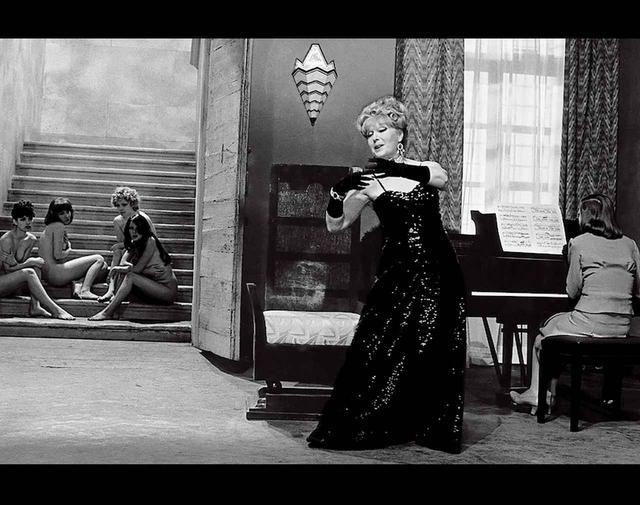 画像: フェレッティがデザインを担当したピエル・パオロ・パゾリーニの1975年の映画『ソドムの市』からのシーン COURTESY OF EVERETT COLLECTION