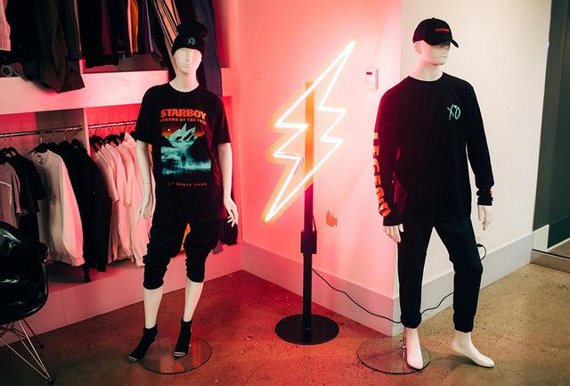 画像: ユニバーサル・ミュージック・グループ傘下のブラバド社は、アーティストのブランデッド商品の企画・製造・流通を行うマーチャンダイジング・カンパニー。写真は、ショールームに展示されたザ・ウィークエンドのグッズ