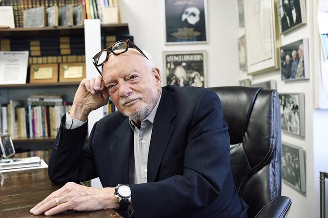 画像: HAROLD PRINCE(ハロルド・プリンス) 1928年生まれ。ブロードウェイの伝説的演出家であり、演劇プロデューサー。作曲家・作詞家のスティーヴン・ソンドハイムやアンドリュー・ロイド=ウェバーなどを早くから起用し、ブロードウェイ・ミュージカルの大ヒット作を数多く手がけてきた