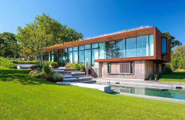 画像: ロング・アイランド島の傾斜地に立つこの家は、ジョン・ベイテルによって造園設計された。「屋上の牧草地」のおかげで、家の中は夏は涼しく、冬は暖かい