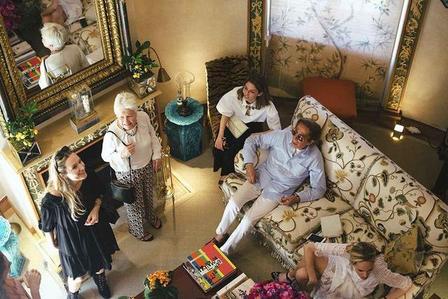 画像: ヴァレンティノ・ガラヴァーニ(右から2番目)はソフィア・コッポラ(中央)のカンヌ国際映画祭での監督賞受賞を祝しパリ郊外にある隠れ家であるウィドヴィル城でランチパーティを開いた