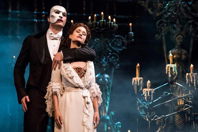 画像: 1988年に初演され、現在ブロードウェイの最長ロングラン記録を更新中の『オペラ座の怪人』。ロンドンでは1986年に初演され、やはりロングランが続いている Ben Crawford as The Phantom & Ali Ewoldt as Christine by Matthew Murphy