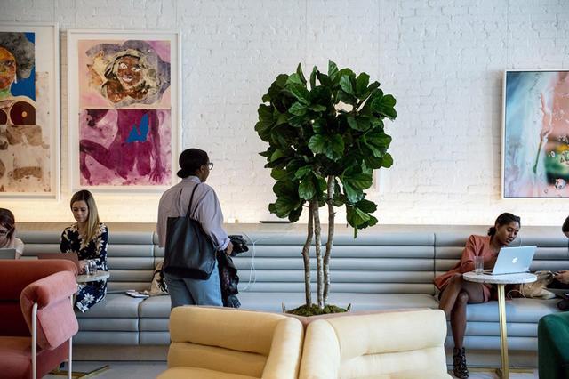 画像: 女性だけのチームがデザインしたスペース。インテリアデザイナーのヒラリー・コイフマンはインテリア雑誌『Domino』でザ・ウィングのデザインについて、「男性抜きの『マッドメン』みたいなイメージ」だと表現した