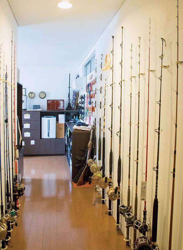 画像: 廊下に並ぶ、釣り竿とリール、ルアーのコレクション。ほとんどがカジキマグロなど大型魚用。北方の釣りは「狩り」なのだ