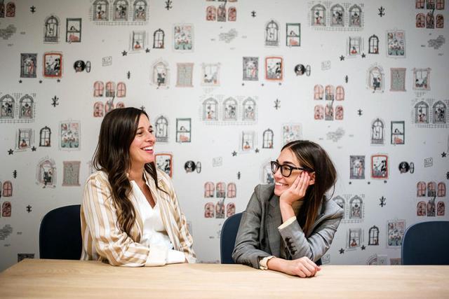 画像: ソーホーにできたザ・ウィングの新拠点にて。創設者のローレン・カサーンとオードリー・ゲルマン