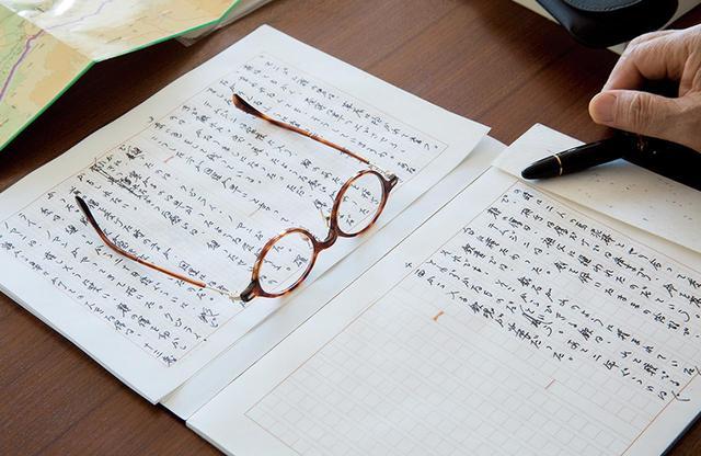 画像: 原稿はモンブランの万年筆で手書きである。デスクに広がるのはモンゴルで購入した現地の地図