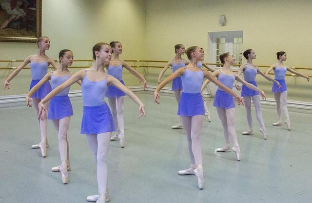 画像: ワガノワ・バレエ・アカデミー(ロシア)は世界で最も由緒あるバレエ学校のひとつ。ニジンスキーやパブロワなど伝説のダンサーを輩出してきた COURTESY OF ARS TOKYO