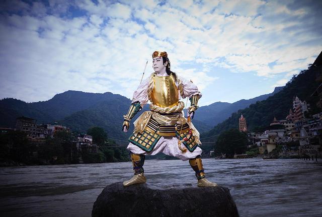 画像: ガンジス河上流のリシケシで、カルナの金色の鎧に身を包んだ菊之助さん