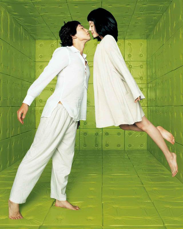 画像: 『サイボーグでも大丈夫』の恋人たち。パクが2006年に製作した、精神科病院を舞台にしたロマンティック・コメディ PHOTOGRAPH BY IM HUN, COURTESY OF CJ E&M