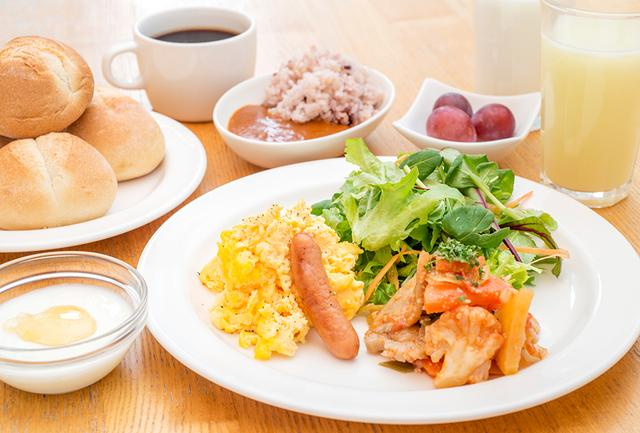 画像: 洋の朝ごはん一例。ロビーフロアでいただける朝食は、和食、洋食が選べ、朝食付きのプランもある PHOTOGRAPHS: COURTESY OF REMM HIBIYA